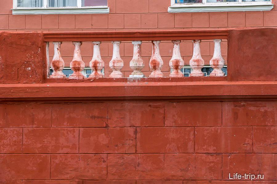 Странная реставрация - балясины криво слепили, и краска вся потекла