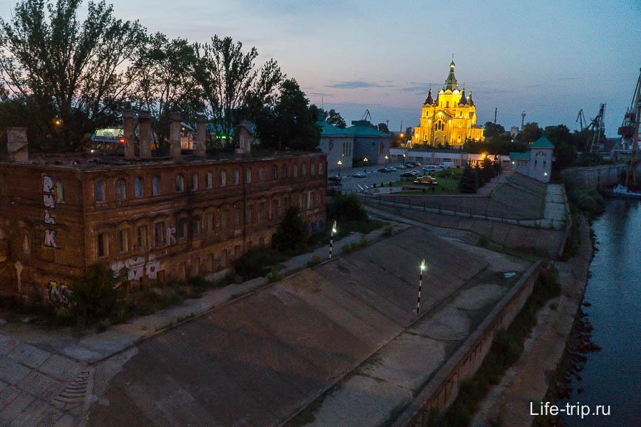 Храм в очень странном месте, рядом порт и развалины