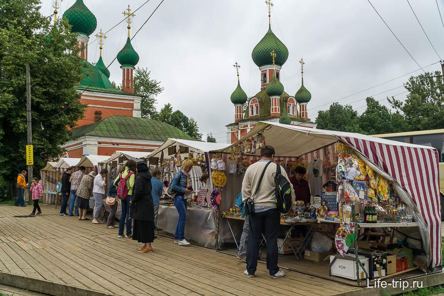 Сувенирные лавки у Церкви Александра Невского