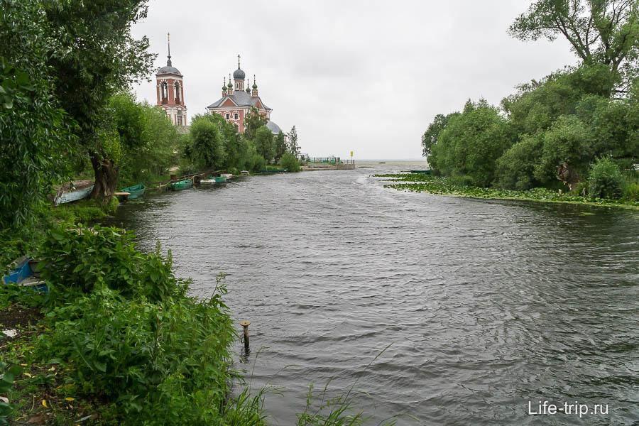 Река впадает в Плещеево Озеро, у церкви набережная с видом