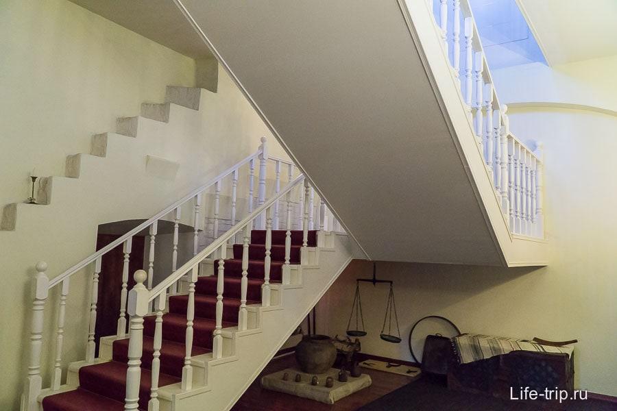 Современная лестница, а слева остатки внутристеновой лестницы