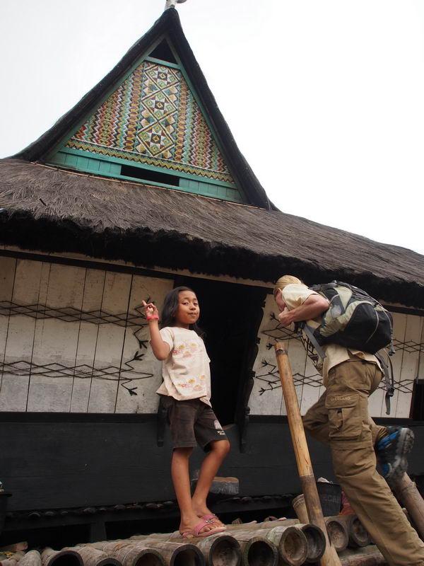 Идём в гости в традиционную деревню каро Докан