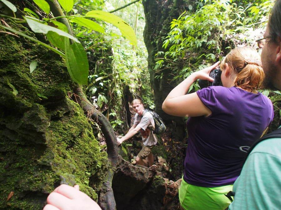 Лезем в пещеру на Суматре