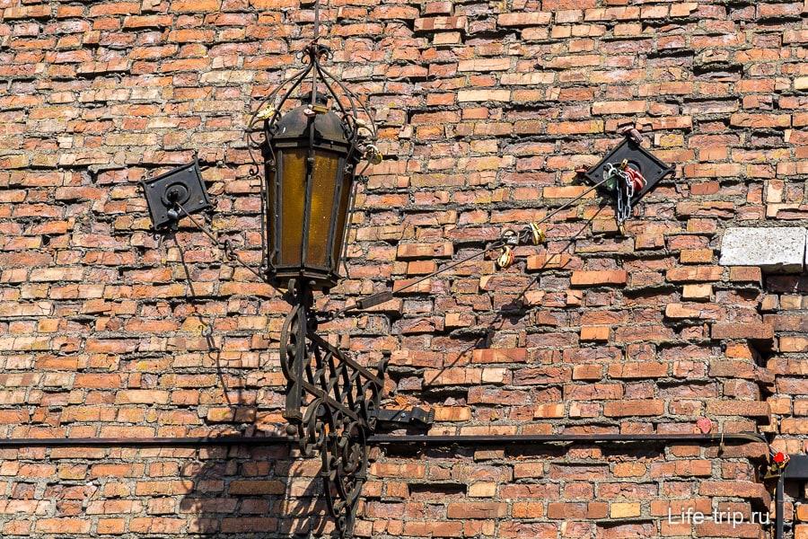 На входе фонари с замками от молодоженов, как они сюда залезли?