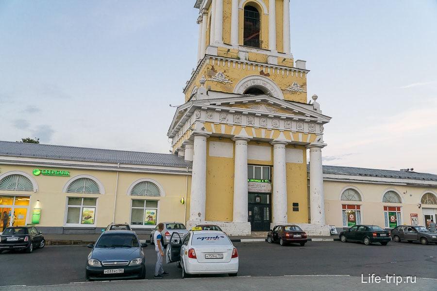 Комплекс состоящий из церкви, Сбербанка и Дикси, все что нужно человек для жизни