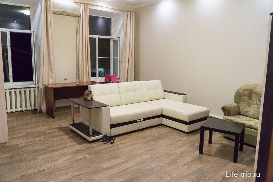 Гостиная с двумя диванами и ТВ
