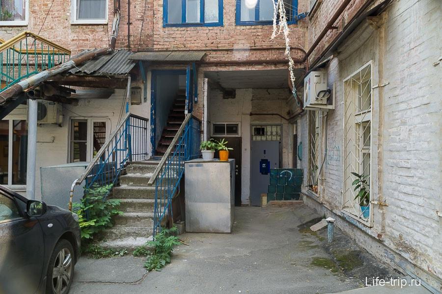 Вход в подъезд, где 3 квартиры