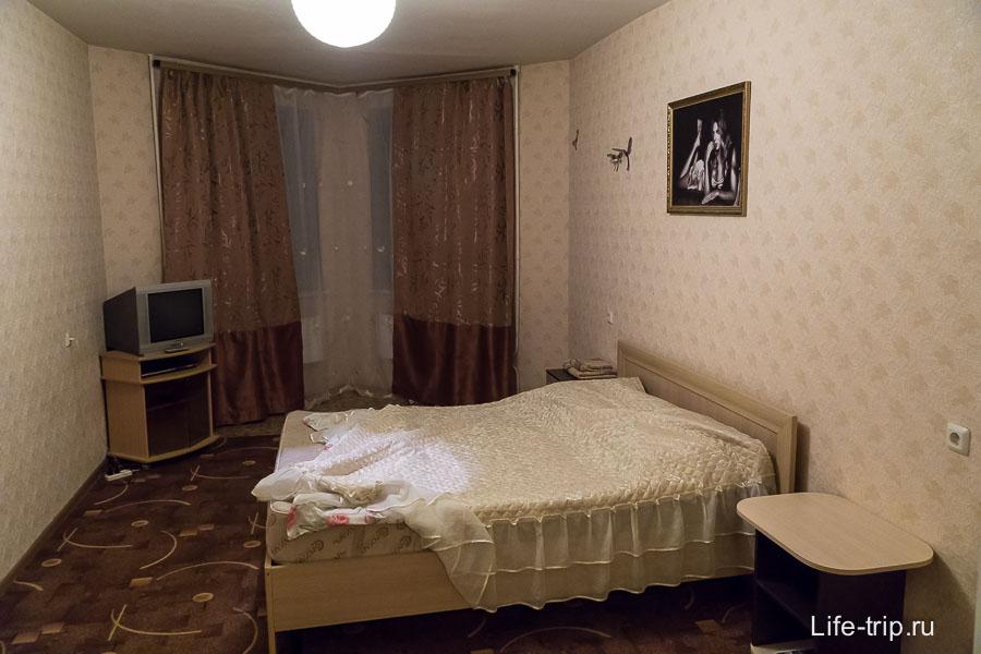 Комната и двуспальная кровать с тем самым матрасом