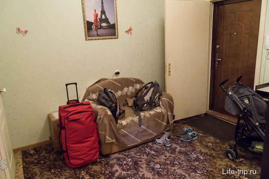 В прихожей стоит раскладывающийся диван