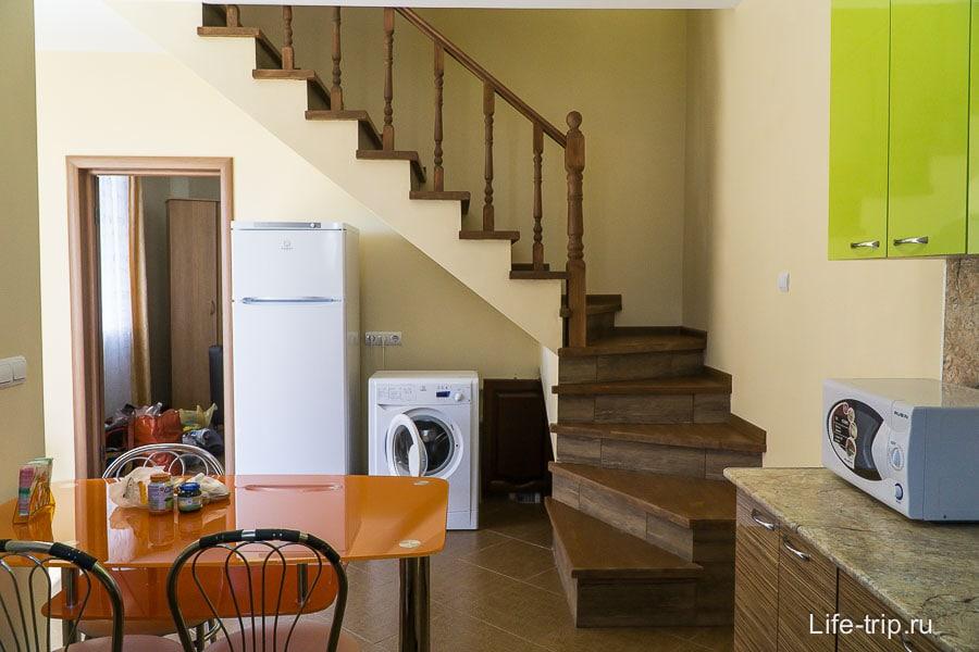 Вид от кухни на вход в спальню и лестницу