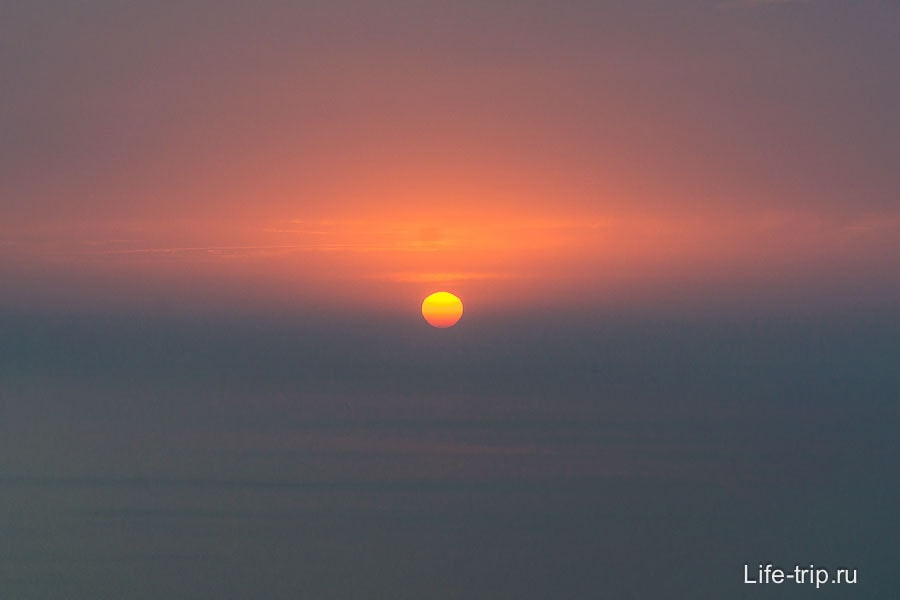 Закат и облака стирают границу горизонта