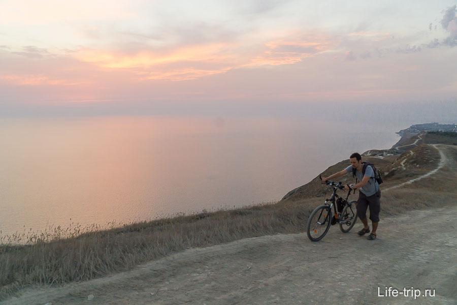 В некоторых местах приходится вести велосипед