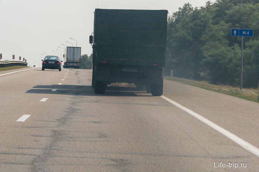 Дымящие фуры по дороге, чем ближе к югу, тем их больше, каждая вторая