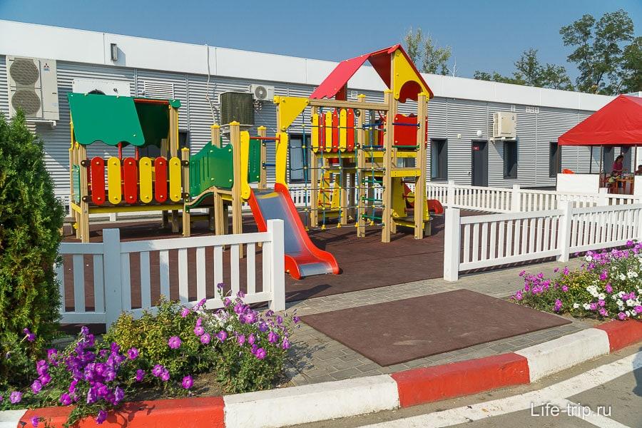 Лукойл молодцы - на многих заправках есть детские площадки и столики для перекусов