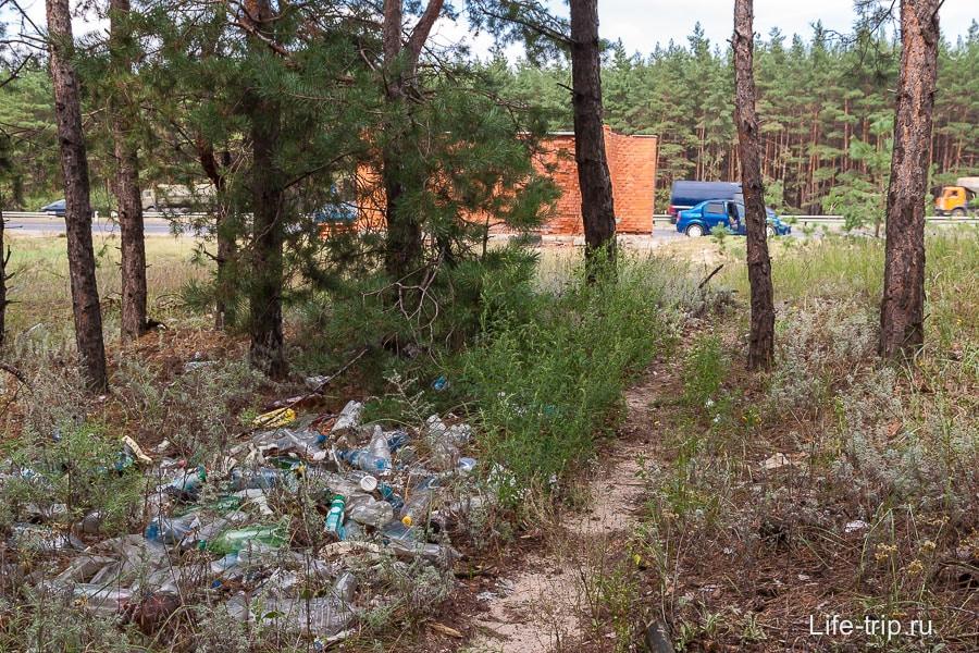 Очень много мусора в местах остановок
