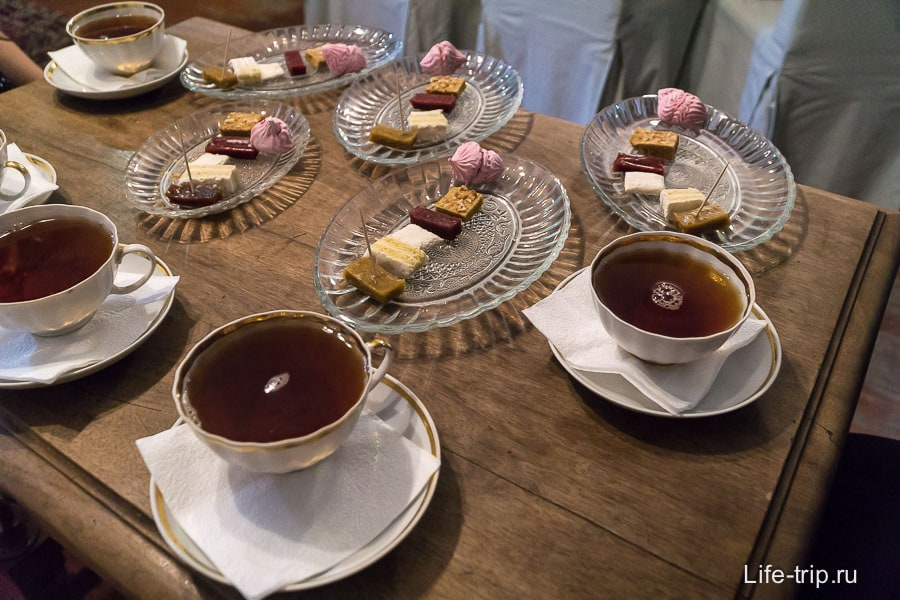Каждому полагается чашка чая и 6 кусочков пастилы