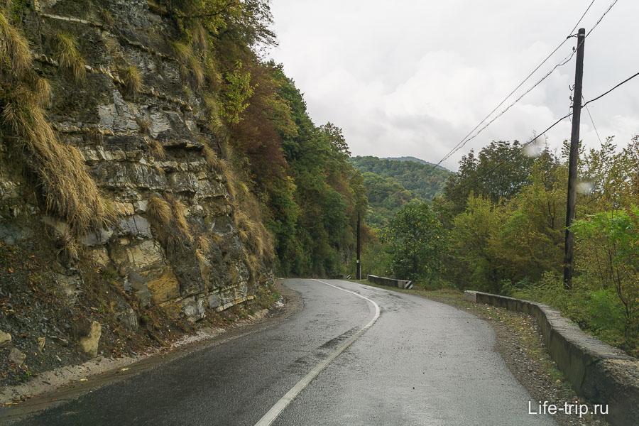 Дорога к 33 водопадам довольно красивая