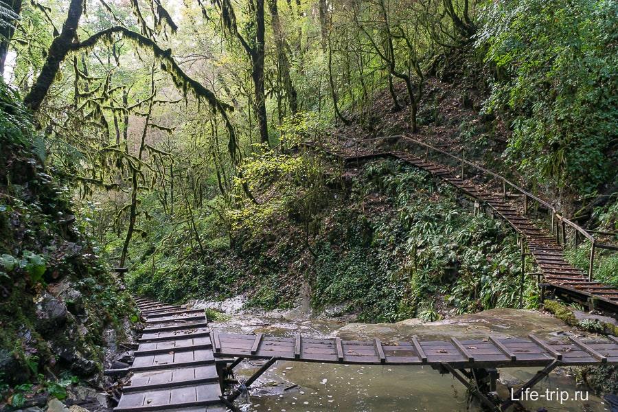 Продолжаем идти вверх по мосткам