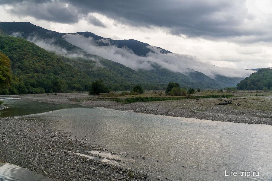 Периодически открываются виды на долину Шахе