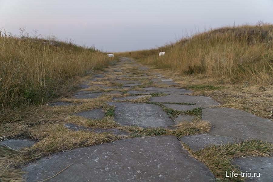 Дорожка, ведущая в Маяцкую крепость