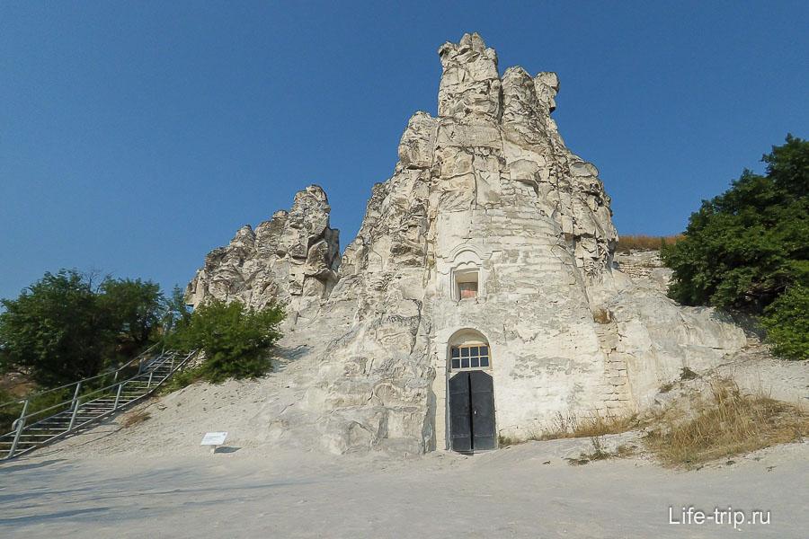Большие Дивы и церковь внутри