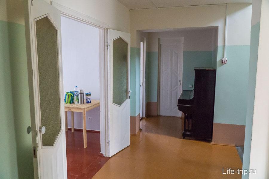 Общий коридор, где двери (со стеклянными вставками!) в комнаты
