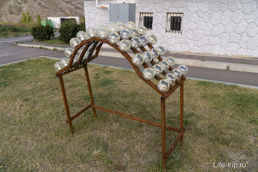 На парковке светильники с солнечными батареями