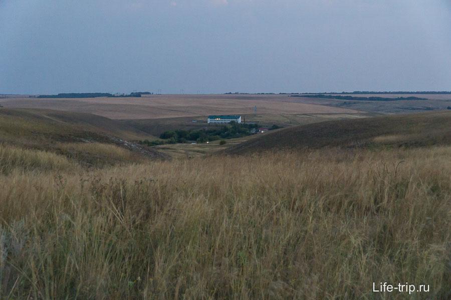 Если гулять по Дивногорью, то сверху можно увидеть отель