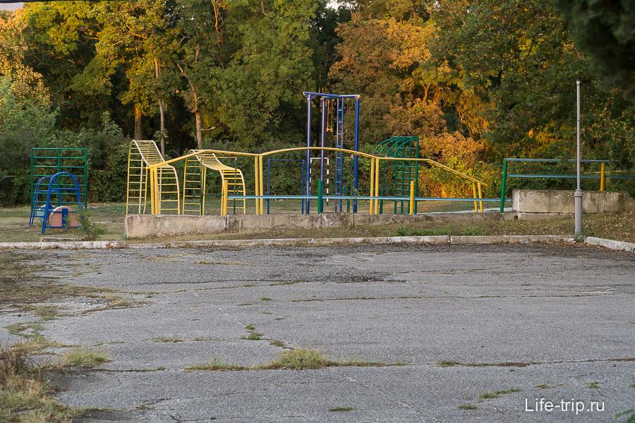 Детская площадка около кемпинга