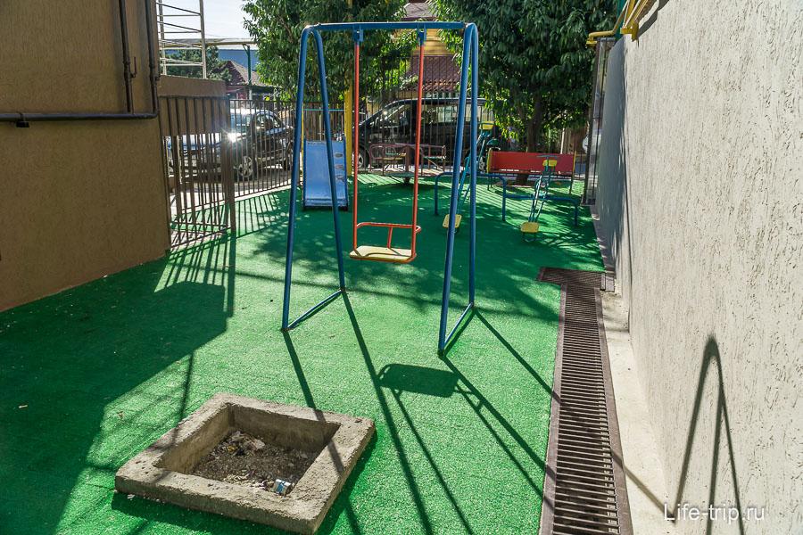 Во дворе есть небольшая детская площадка
