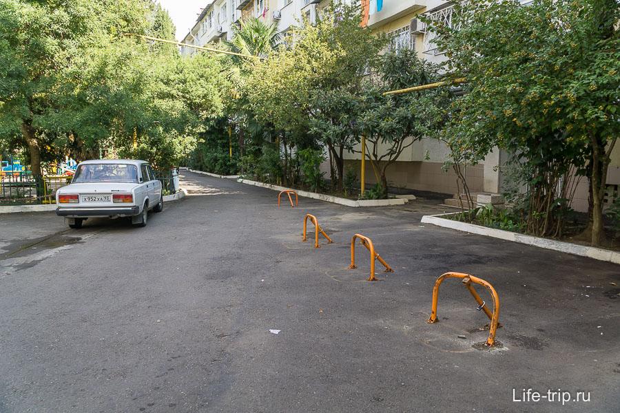 И местные занимаются самозахватом парковок