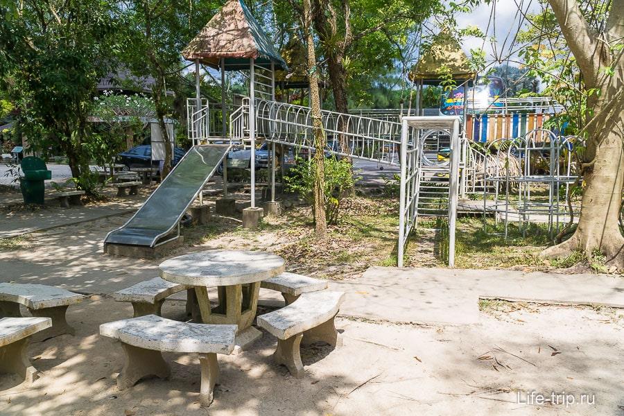 Детская площадка около парковки