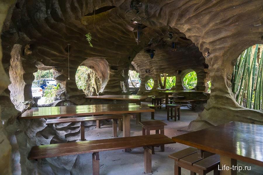Кафе с пещерным антуражем