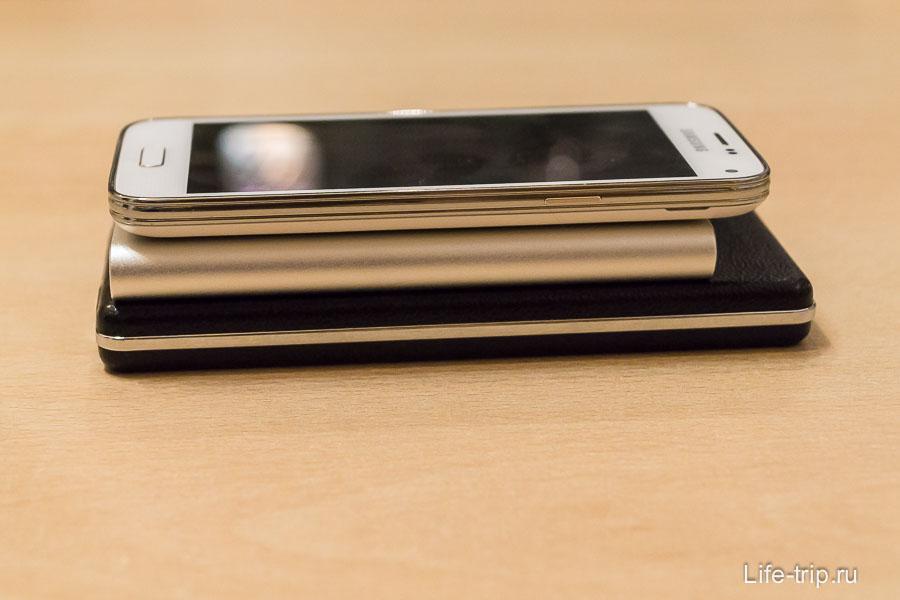 Сравнение толщины power bank и телефона