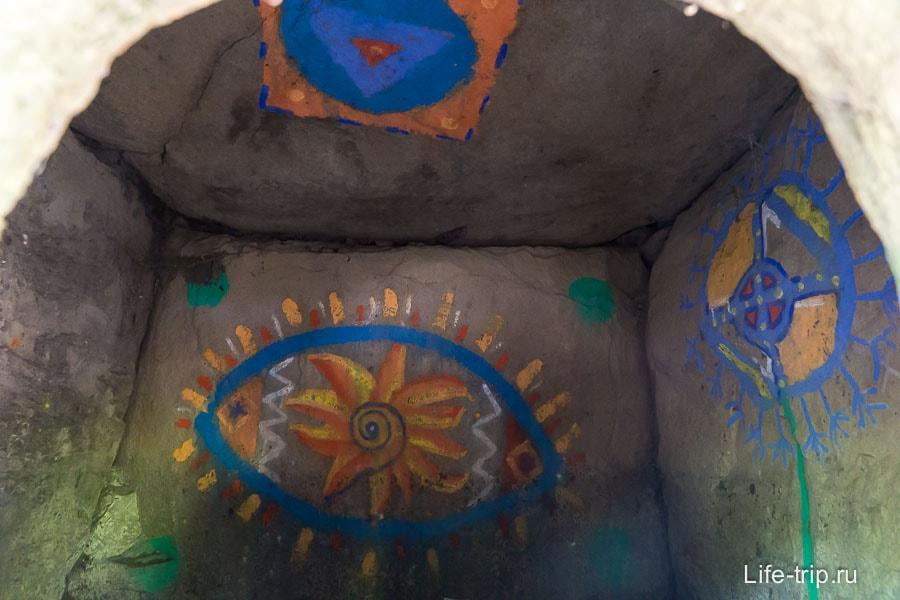 Современная живопись внутри дольмена