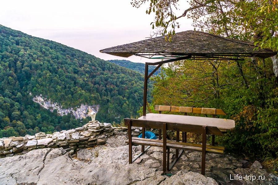 Круглогодичная кафешка в горах на обрыве и видом
