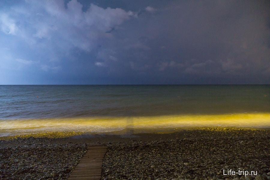 Ночное море во время вспышки молнии и моя тень