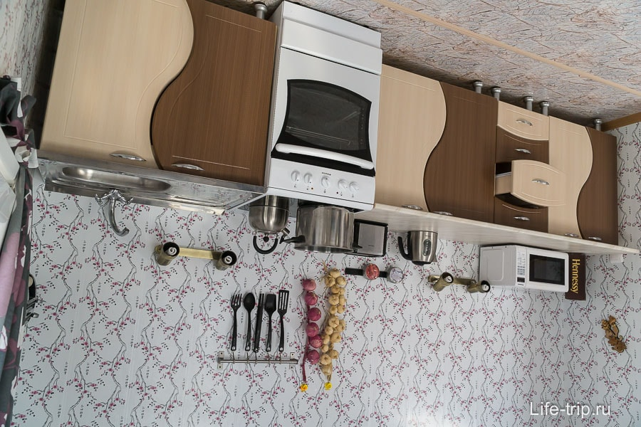 Кухня в перевернутом доме совсем настоящая