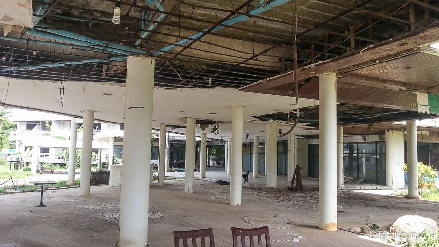 Неподалеку стоит заброшенный отель, пострадавший от цунами