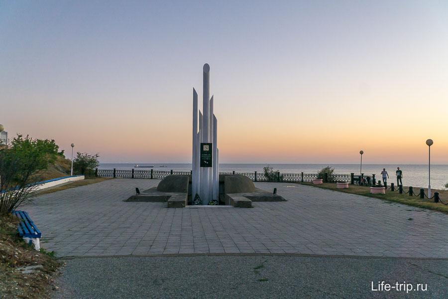 Памятник погибшим на Адмирале Нахимов