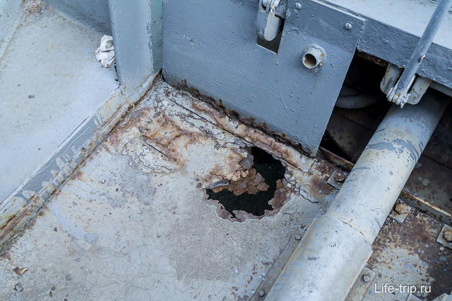 В некоторых местах ржавчина проделала дыры