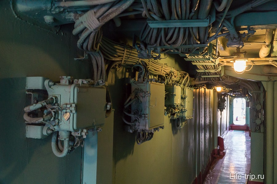 По коридорам протянуто множество проводов, стоят щитки и другие элементы неизвестного обывателю назначения