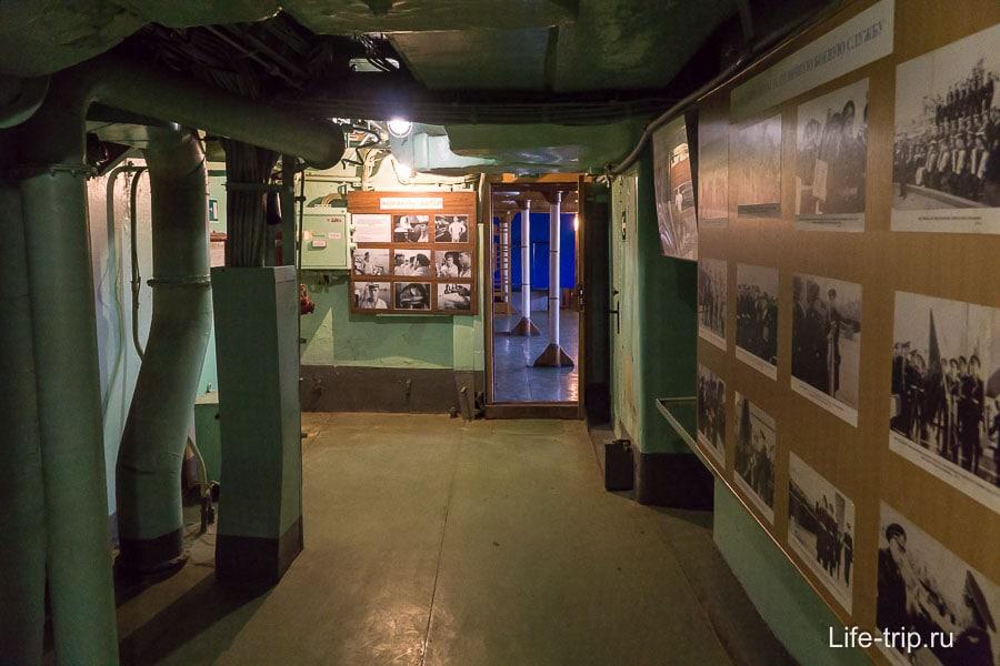 Перед входом в кают-компанию стенды с фотографиями