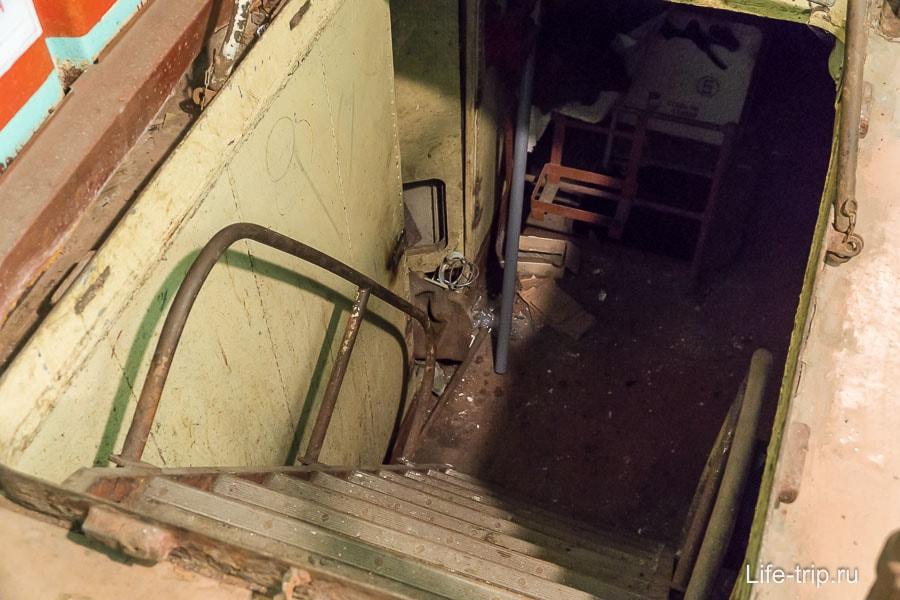 Лестница куда-то вниз и в темноту