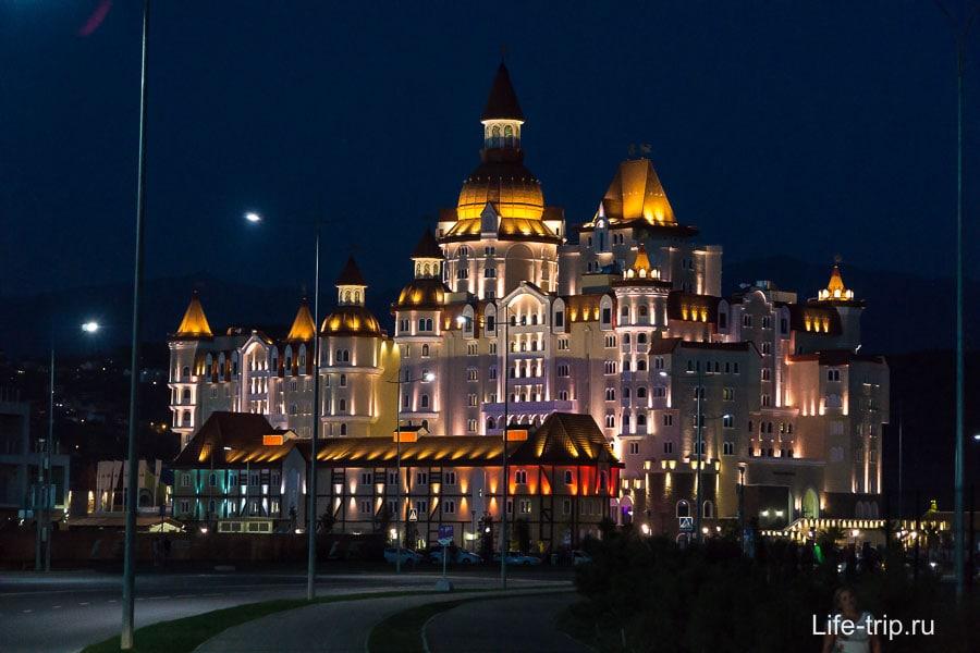 Огромное здание в Сочи-парке - это отель