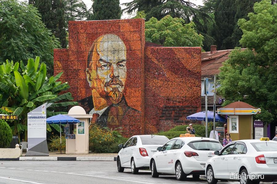 Первое, что может бросится в глаза около главного входа - портрет Ленина