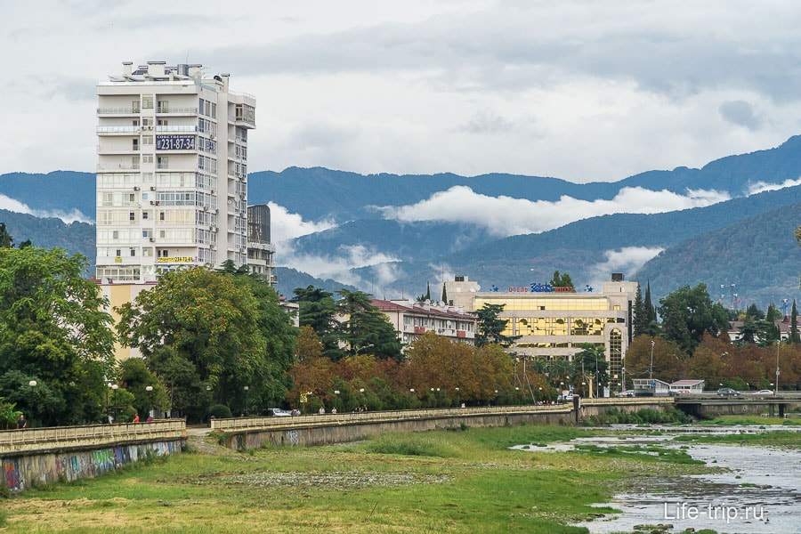 Если переехать в Сочи на ПМЖ, то целый год можно смотреть на горы