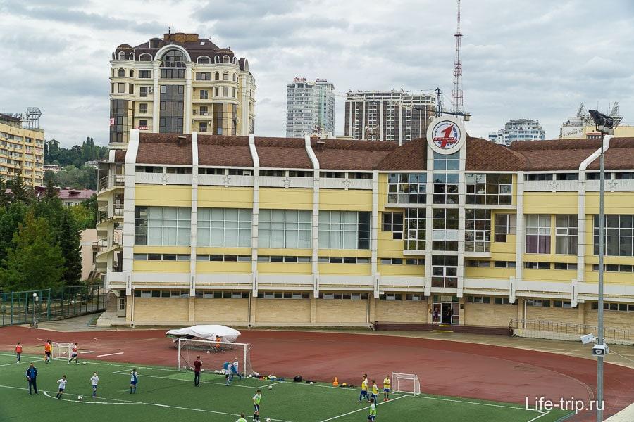 Большая школа со стадионом