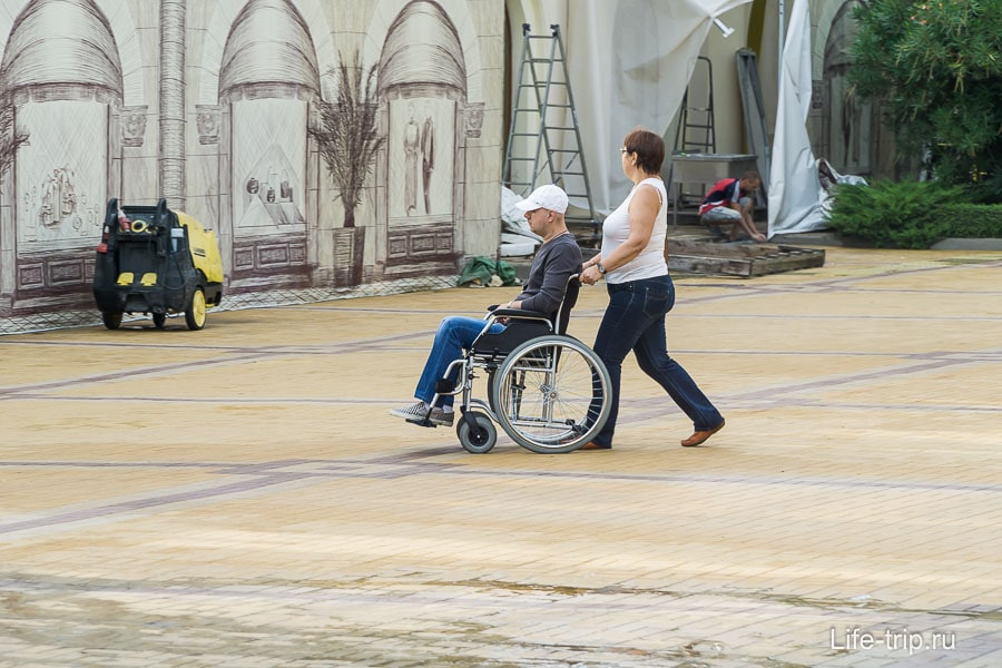 В Сочи встречаются люди на инвалидных колясках