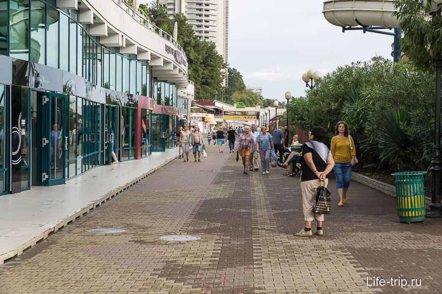 Набережная тянется вдоль всего муниципального пляжа